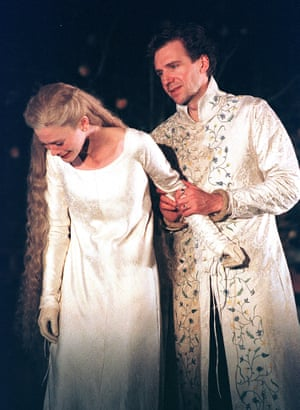 Emilia Fox as Queen Isabella and Fiennes as Richard in Richard II at Gainsborough Studios, London, directed by Jonathan Kent and designed by Paul Brown, in 2000.