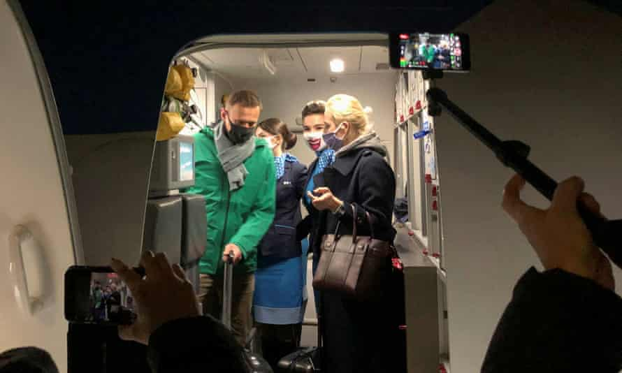 Alexei Navalny and his wife Yulia Navalnaya arrive at Sheremetyevo airport in Moscow