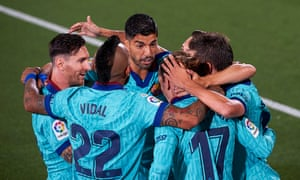 Luis Suárez was on target as Barcelona eased past Villarreal to stay four points behind Real Madrid.