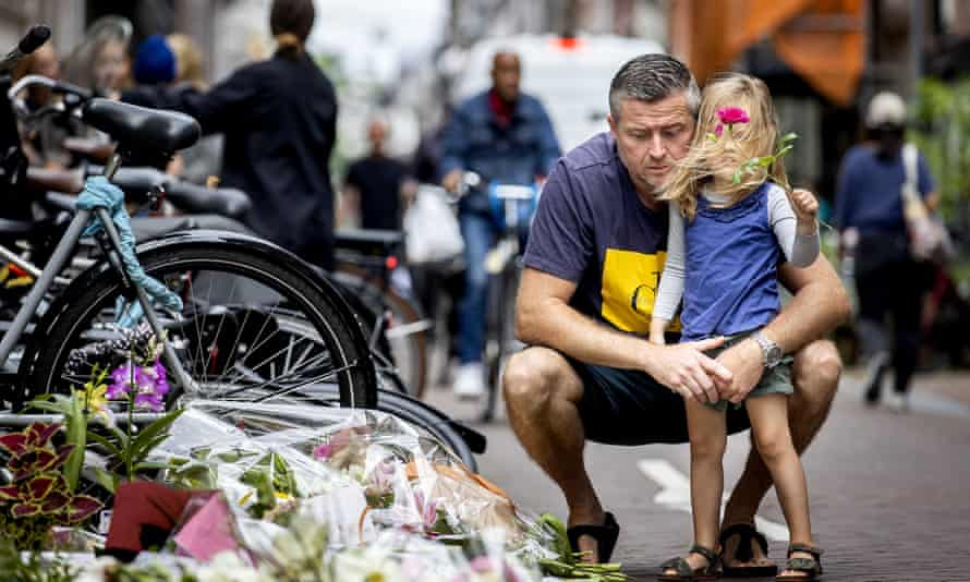 Tributes to Peter R de Vries at the scene of the shooting.