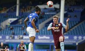 Everton's Theo Walcott scores the equaliser.
