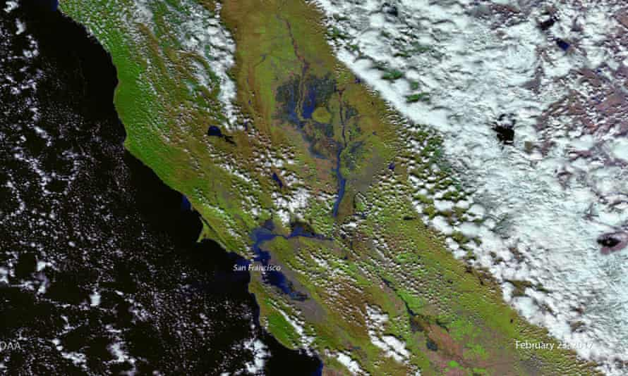 Nasa satellite imagery taken on 22 February shows how recent rains have swollen California's lakes and rivers downslope of the Sierra mountains.