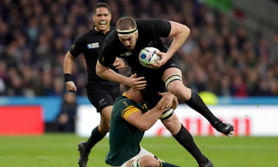 Brodie Retallick breaks the tackle of Francois Louw