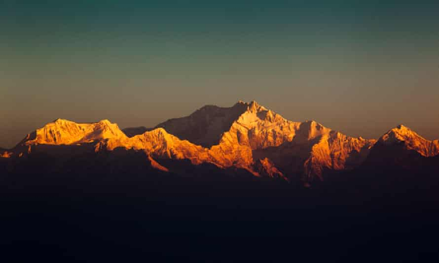 India, West Bengal, Darjeeling, snow capped peaks of Kangchenjunga at dawn from Tiger HillCEMMCB India, West Bengal, Darjeeling, snow capped peaks of Kangchenjunga at dawn from Tiger Hill