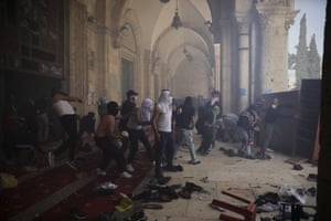 Palestinians clash with Israeli security forces at al-Aqsa mosque Jerusalem's Old City.