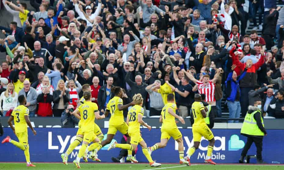 Brentford celebrate Yoane Wissa's winner at West Ham on 3 October.