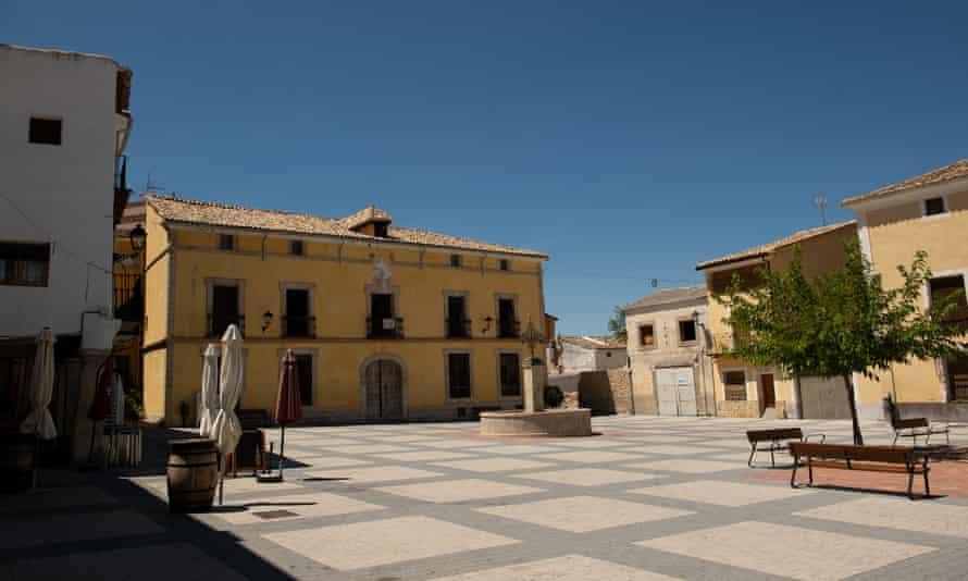 The empty plaza major in Pareja.