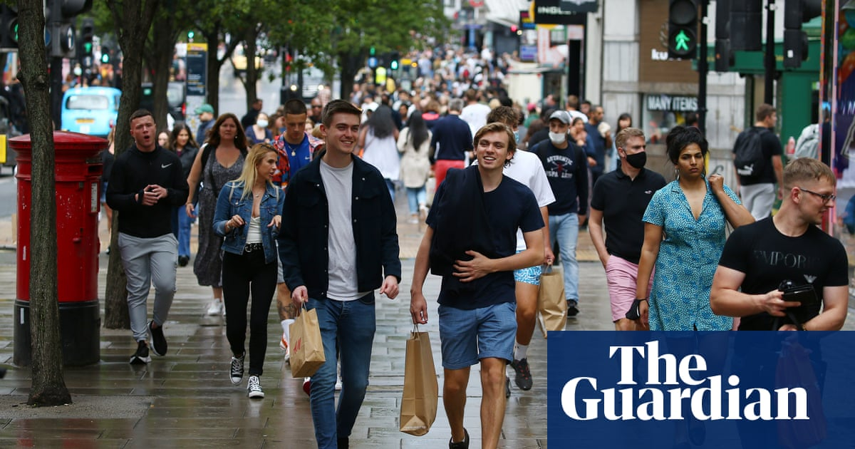 Britons hoildaying in UK give welcome boost to high street