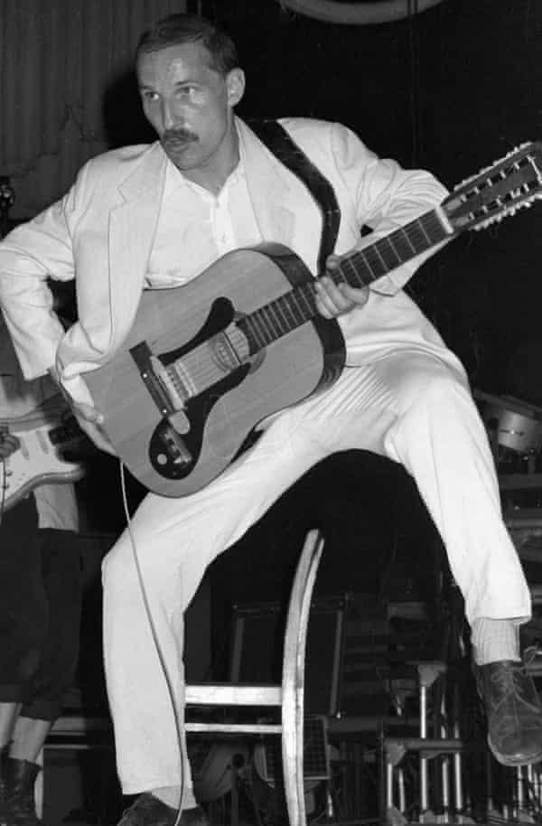 Pyotr Mamonov performing with Zvuki Mu.