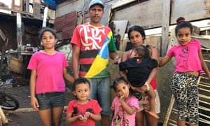 Sérgio Conceição and Edeane Silva with their children and a friend in front of their house.