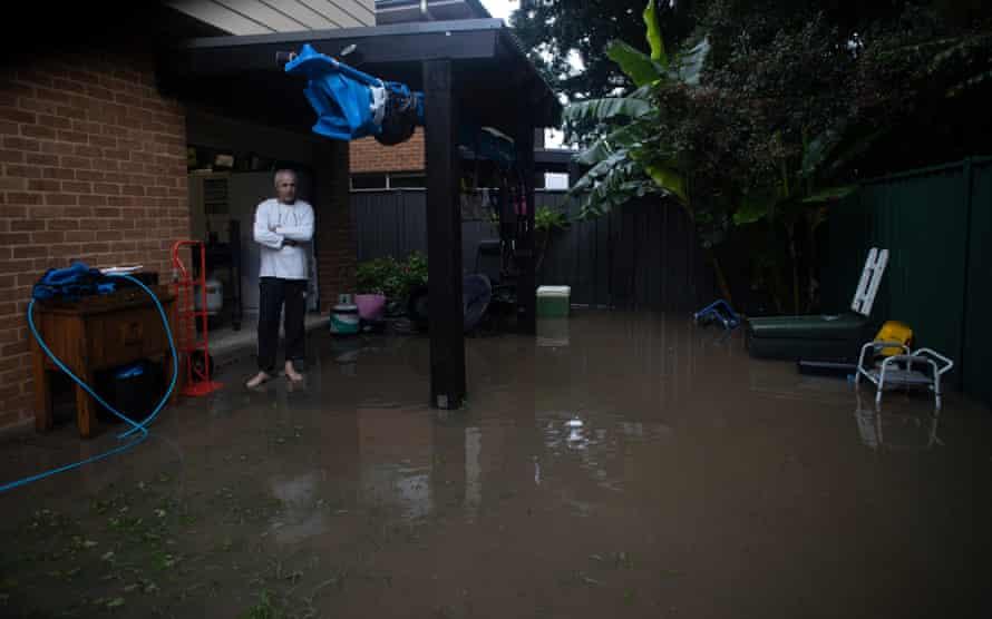 گرگ کاکس صبح روز یکشنبه شاهد بالا آمدن و دامان گرفتن آب در اطراف درهای خانه اش در ریموند تراس است.