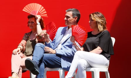 Socialist party prime minister Pedro Sánchez with deputy PM Carmen Calvo, left, and the party's Andalucían leader, Susana Díaz, right, at a campaign event in Córdoba.