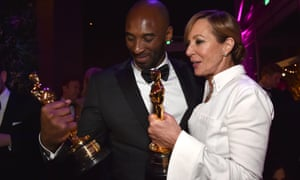 Kobe Bryant and Allison Janney compare Oscar statues at the Vanity Fair party