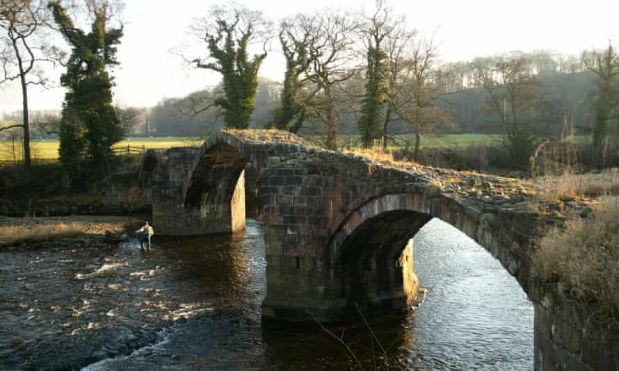 Puente de Cromwell que cruza el río Hodder, siguiendo el paseo circular de Tolkien Trail.