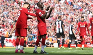 Liverpool's Sadio Mane celebrates his goal 2-1 with Liverpool forward Roberto Firmino.