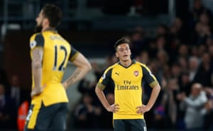 Mesut Ozil and Giroud look dejected.