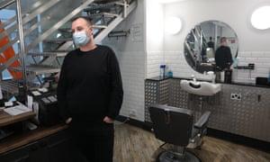 .Ville de Londres Kevin Goodman, directeur par intérim chez Blades, coiffeurs près de Leadenhall Market Londres 16-12-2020 Photographie de Martin Godwin.