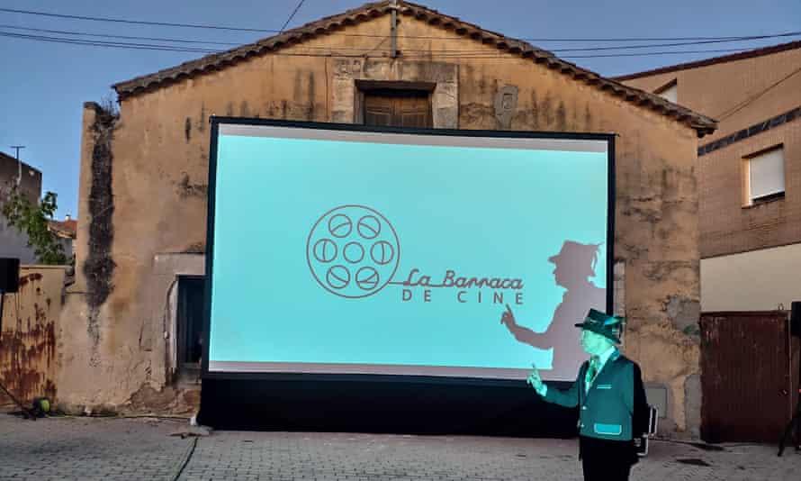 La Barraca de Cine set up a screen.