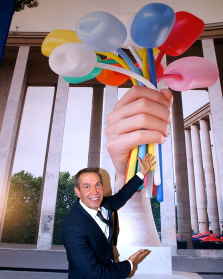 "Koons, in November 2016, announcing the donation of ""Bouquet of Tulips"" to the city of Paris."