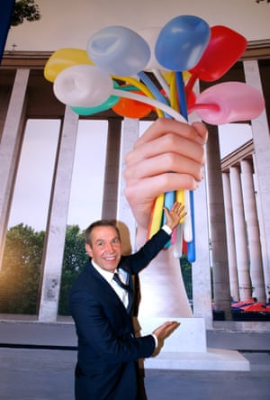 'Inappropriate' … Koons with his Bouquet of Tulips gift to Paris.