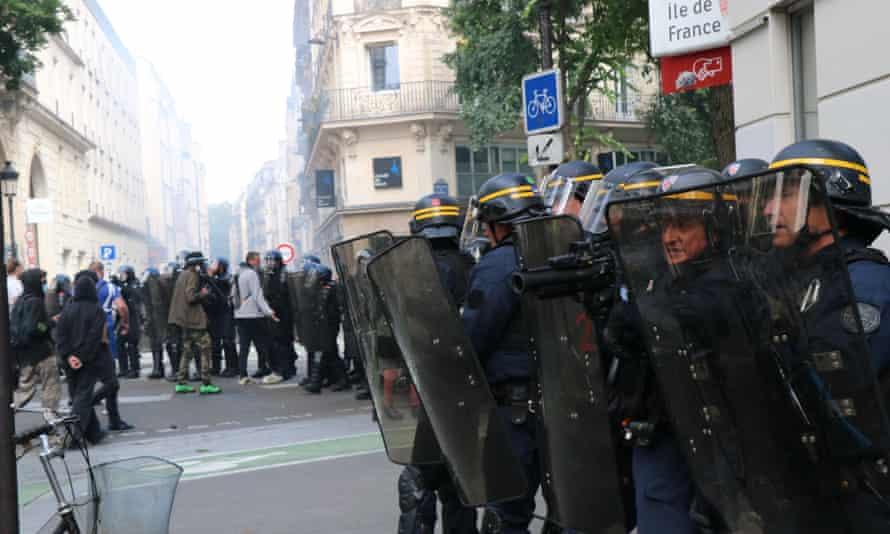 Policía y manifestantes en París.