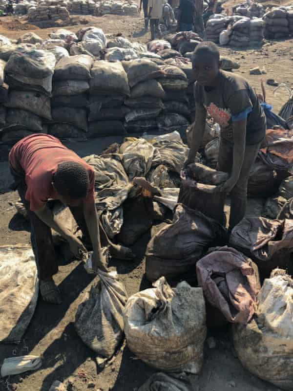 Children fill sacks with cobalt