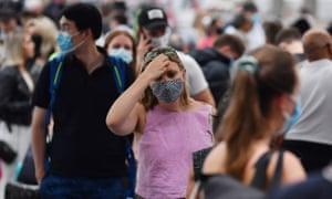 Penumpang yang mencoba berangkat dari terminal bandara domestik bandara Sydney. Otoritas kesehatan sedang berjuang untuk menahan wabah virus korona di kota.