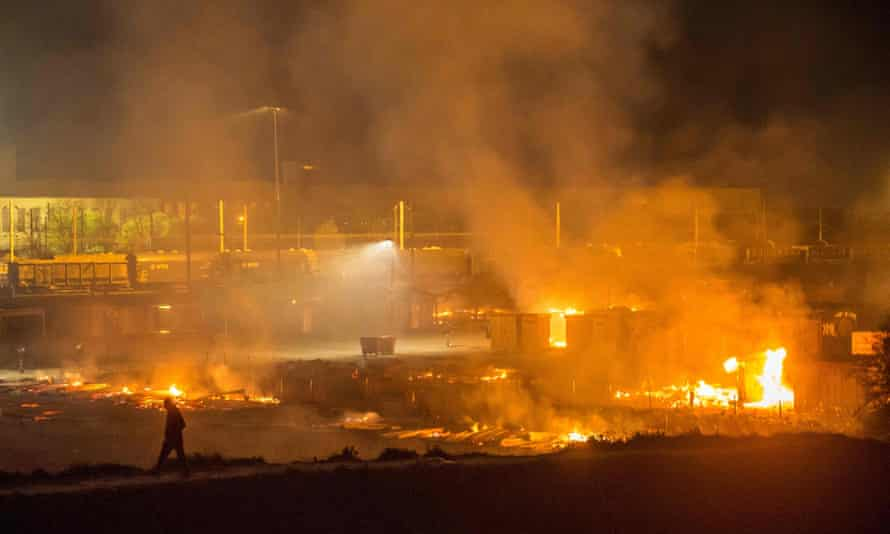 Fire rages through the Grande-Synthe migrant camp.