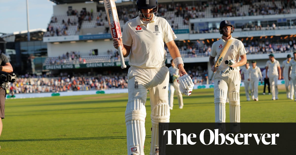 Joe Root digs in to give England glimmer of hope in third Ashes Test