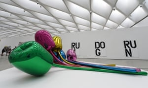 A Jeff Koons sculpture is displayed in the gallery.