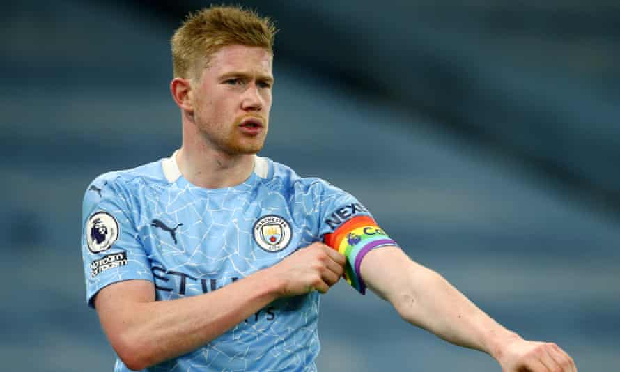 Kevin De Bruyne adjusts his armband, Manchester City v Fulham