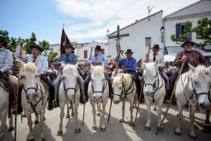 Gardians wait on horseback