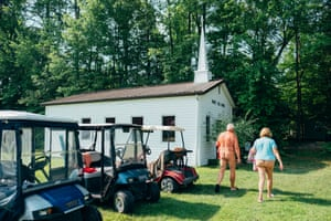 The US was divided over the election of Donald Trump, yet 80% of white evangelicals voted for him. Cyril Abad focused on a number of these evangelical congregations and their original approaches to religious worship. This is a small Christian community who decided to live in the middle of a forest in Virginia, far from worldly concerns, and to live there naked