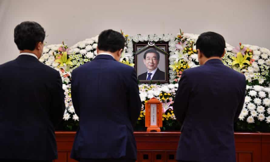 Hundreds of politicians have visited a memorial altar for Park Won-soon in Seoul
