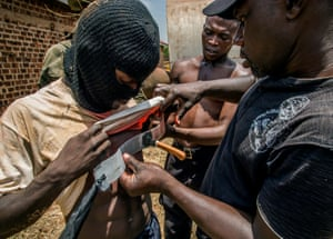 The ingenious props man, Daouda Bisaso, fixes on to a stuntman's chest a plastic strip on which is glued, with mastic, the handle of a knife. This is the first time that Wakaliwood has used this trick.