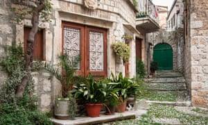 Δρόμος ζωής: παλιά πέτρινα σπίτια στην πόλη της Βισ.