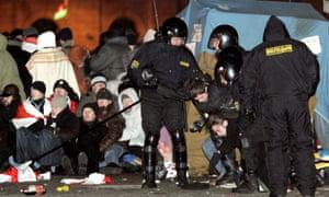 白俄罗斯警察在2006年明斯克抗议活动期间闯入反对派营地