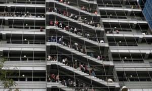 Trabajadores en las escaleras de emergencia en un edificio de oficinas durante un simulacro de terremoto en la Ciudad de México.