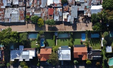 Walls between gated community and La Cava, Buenos Aires.