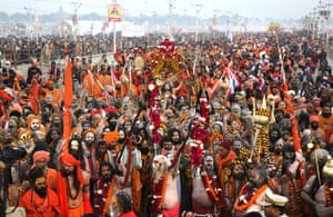 Hindu holy men arrive en masse