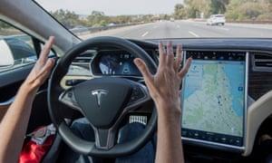 Dentro de um Tesla equipado com piloto automático em Palo Alto, Califórnia.