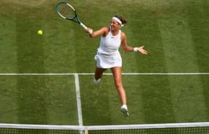 Victoria Azarenka memainkan forehand.