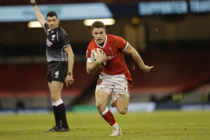 Wales' Keiran Hardy runs through to score his side's third try