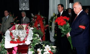 Russian prime minister Viktor Chernomyrdin attends the funeral of Ivan Kivelidi in 1995.