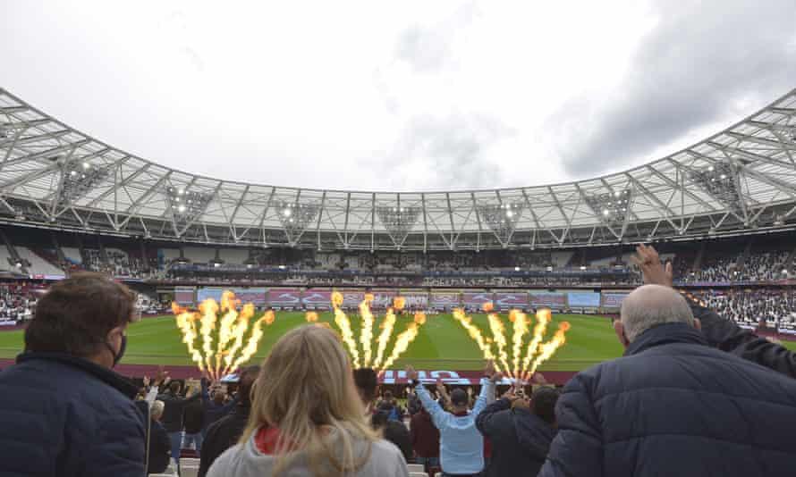 Os fãs de West Ham tentam localizar seus grandes heróis de vaso em algum lugar à distância.