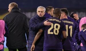 josé mourinho, spurs'un uzatma yenilgisinin ardından dinamo zagreb oyuncularını tebrik ediyor.