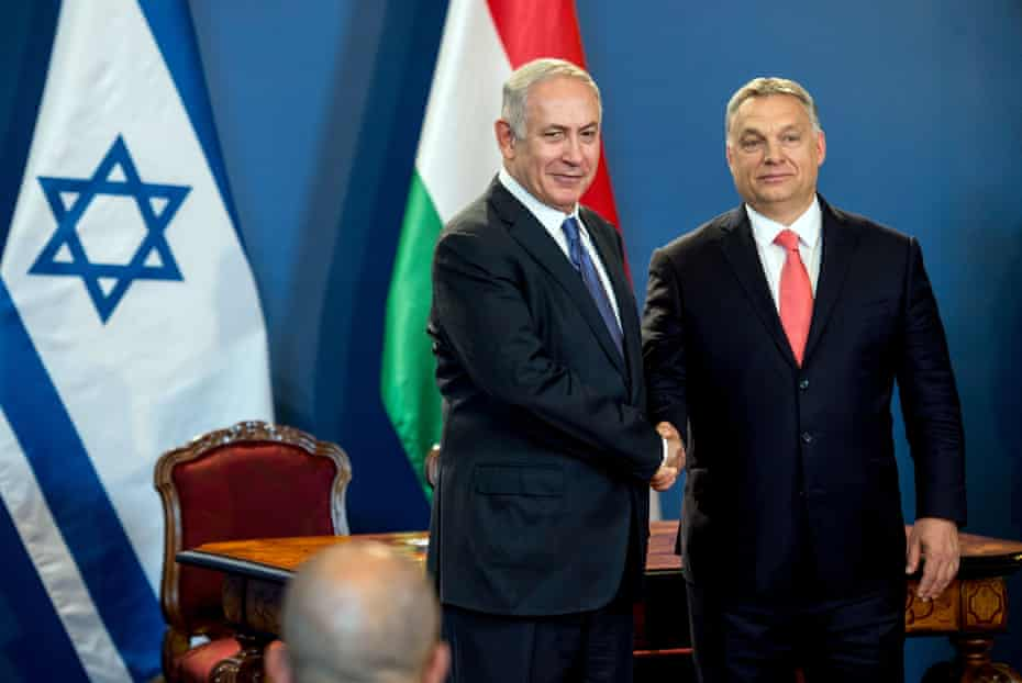 Benjamin Netanyahu and Viktor Orbán shake hands as they give a joint press conference in Budapest in 2017