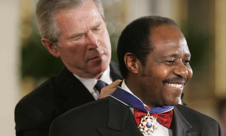 US President George W. Bush presents the Presidential Medal of Freedom to Paul Rusesabagina in 2005.