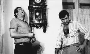 Megastars de Filmfarsi Nasser Malek Motie (esquerda) e Fardin, que muitas vezes retratavam caras durões da classe trabalhadora.