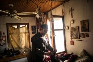 Ο πατέρας Ιουσίφ μέσα στην κρεβατοκάμαρά του στο κελί του στην Καρούλια.